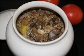 Гречневая каша с печенью и овощами в горшочке
