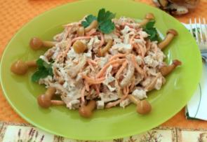 Салат с маринованными опятами и корейской морковью