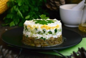 Теплый салат с грибами, плавленым сыром и огурцом