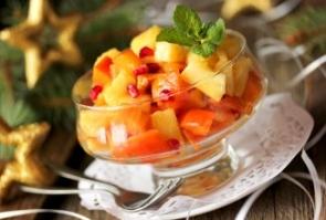 Фруктовый салат с ананасом и хурмой