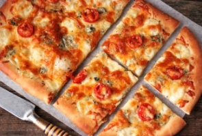 Сырная пицца с помидорами черри