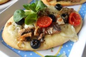 Пицца с сайрой, моцареллой и маслинами