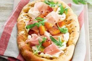 Пицца с тыквой, козьим сыром и ветчиной