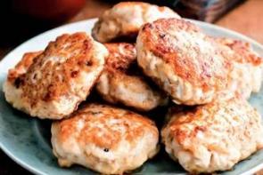 Куриные биточки с грибным соусом