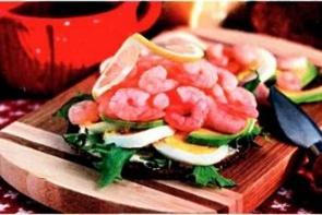 Сэндвич с креветками и яйцом