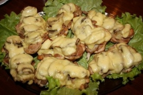 Курица с ананасами и грибами под сыром