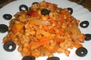Пшеничная каша с овощами и томатным соусом